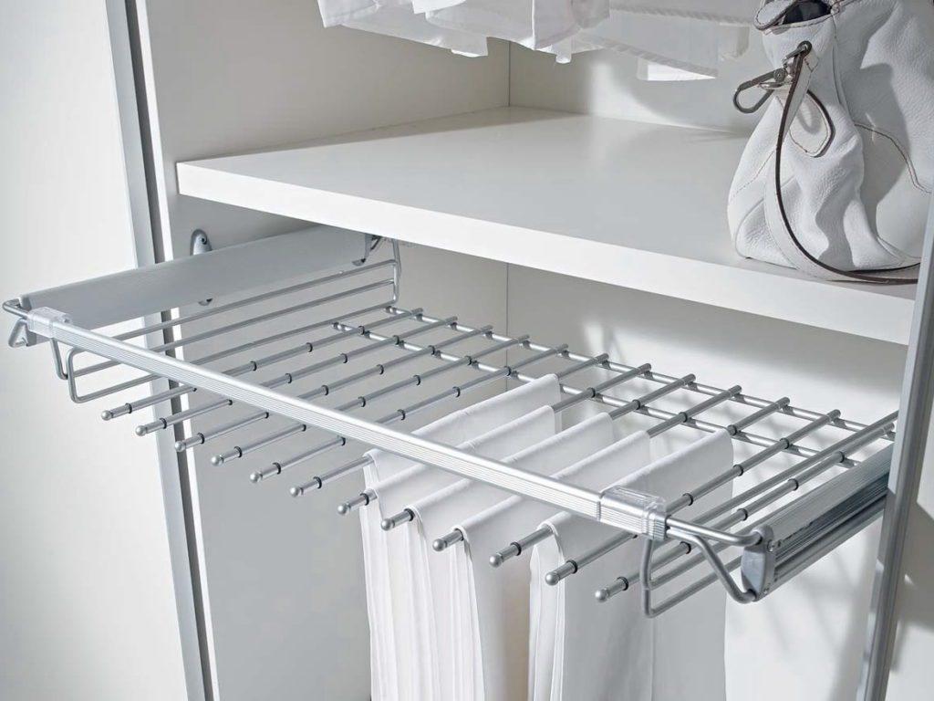 Вешалка для брюк и юбок в гардеробной