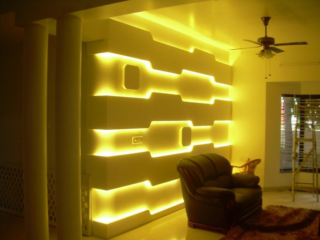 Декоративная подсветка в нише стены
