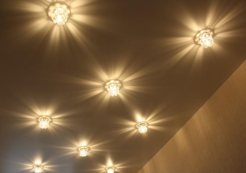 Шахматное расположение точечных светильников