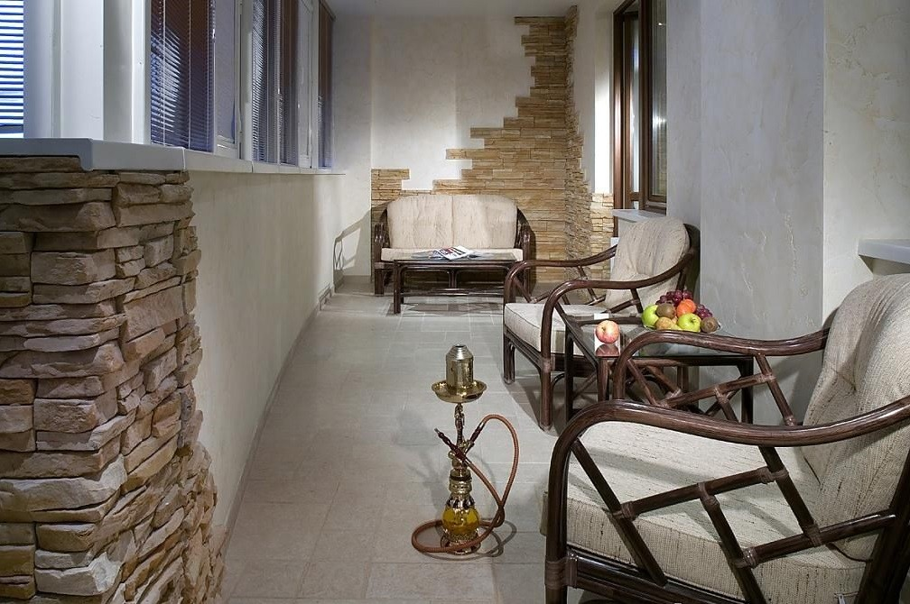 Отделка балкона декоративным камнем: имитация дорогой кладки