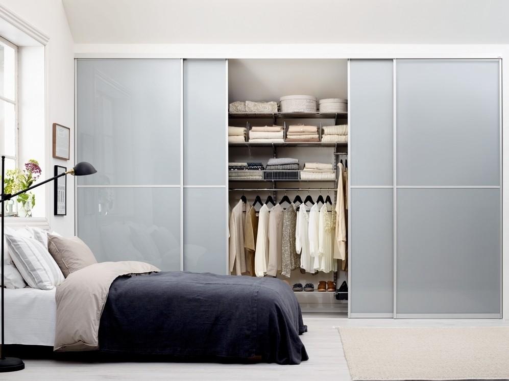 Встроенная гардеробная в спальне с дверями купе