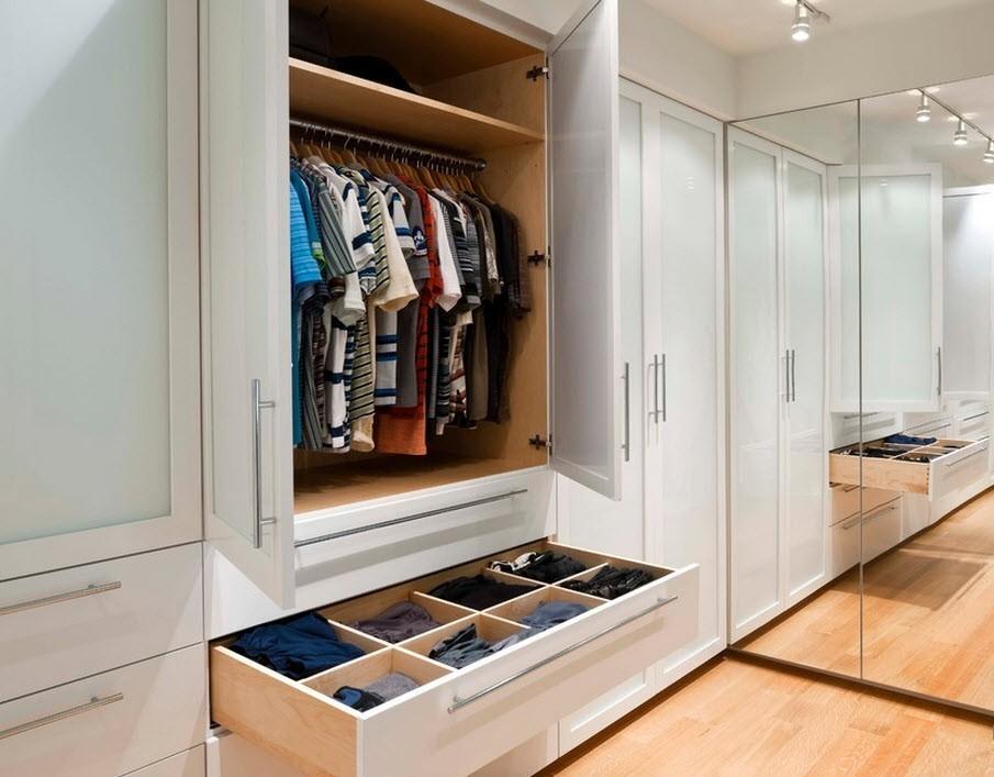 Гардеробный шкаф с распашными дверцами