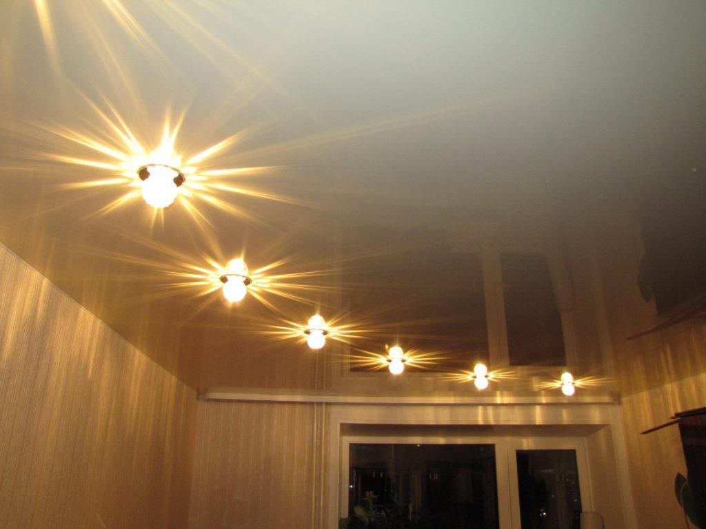 Расположение точечных светильников в виде дуги