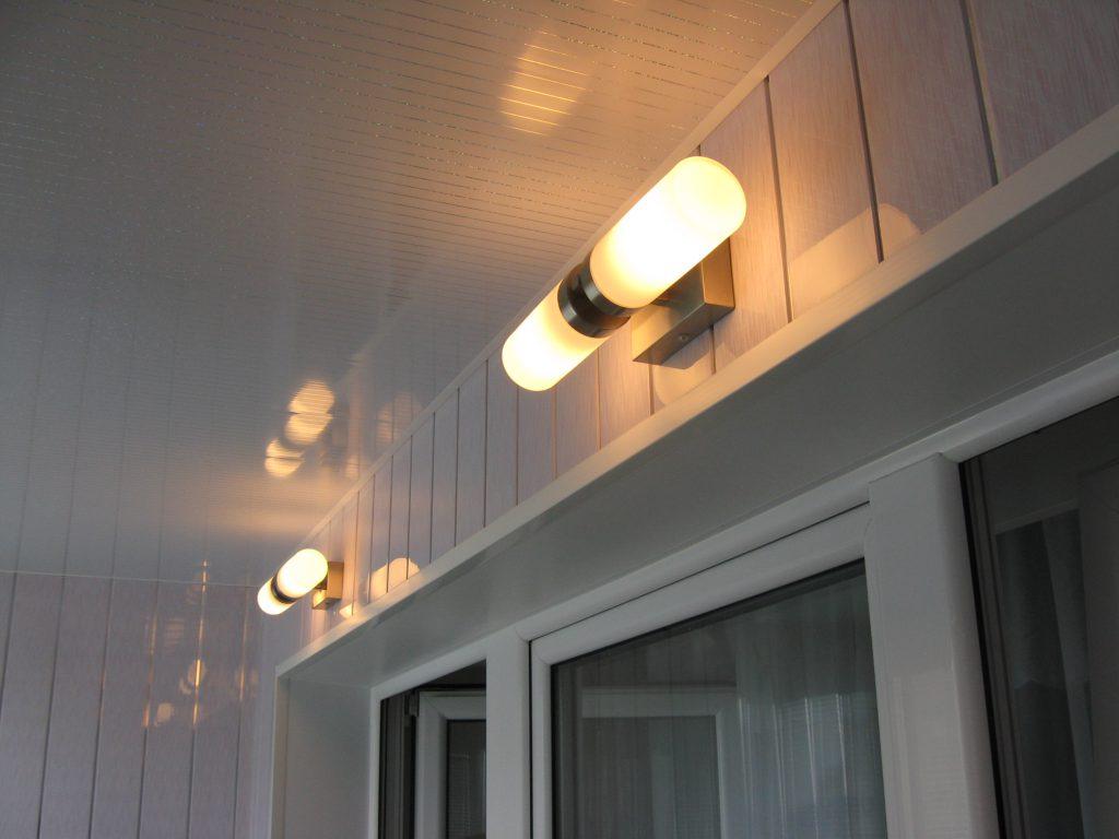 Настенные светильники на балконе