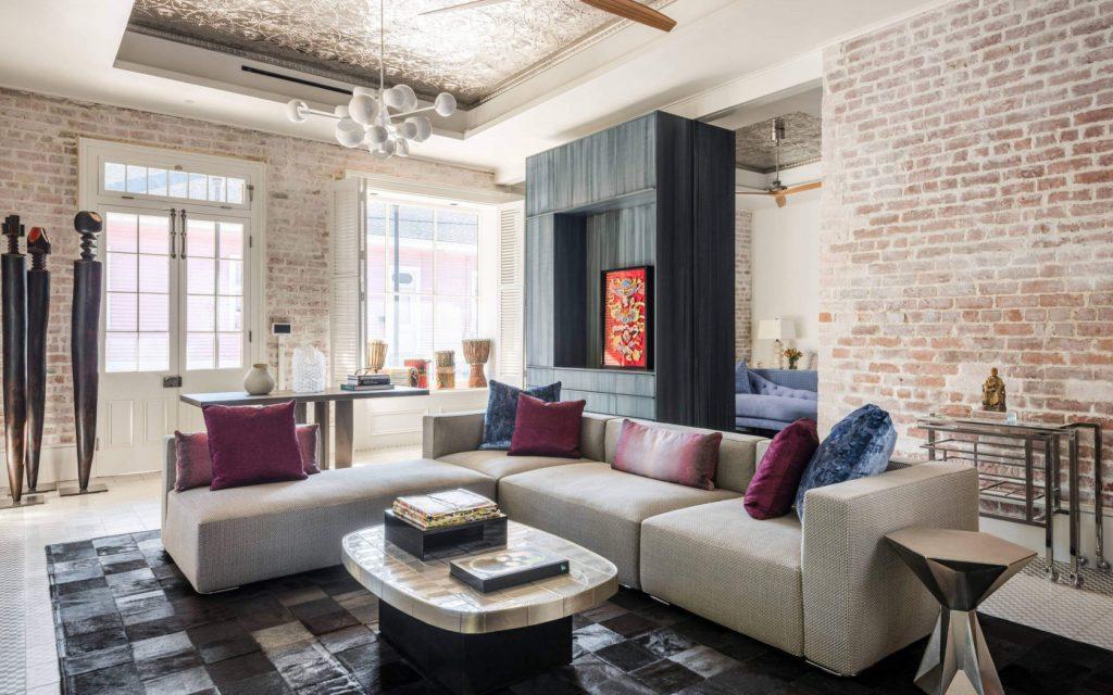 Удобный диван и столик
