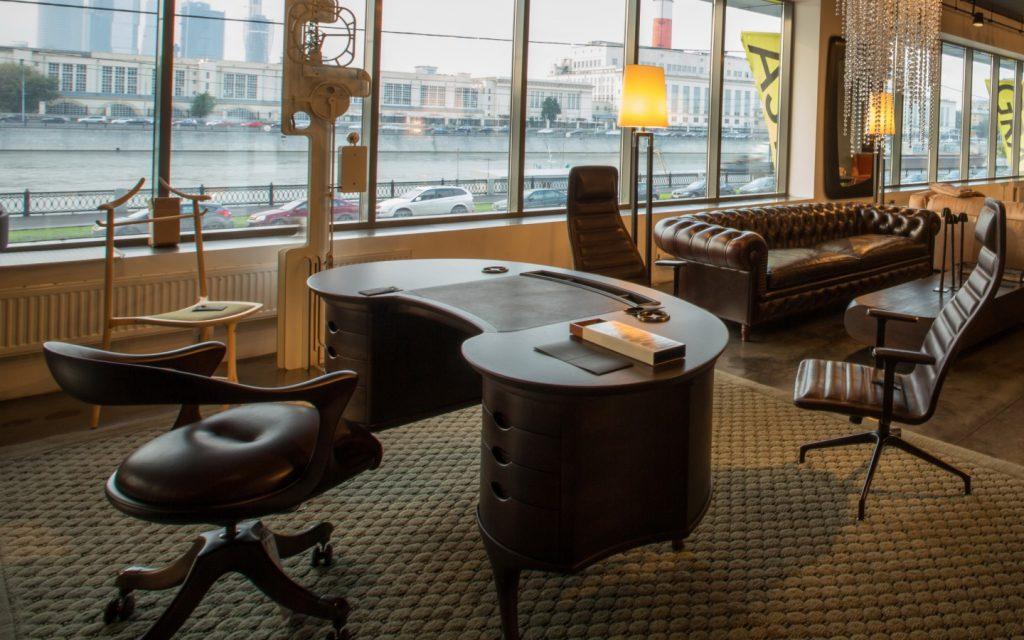 Стол овальной формы и кресла