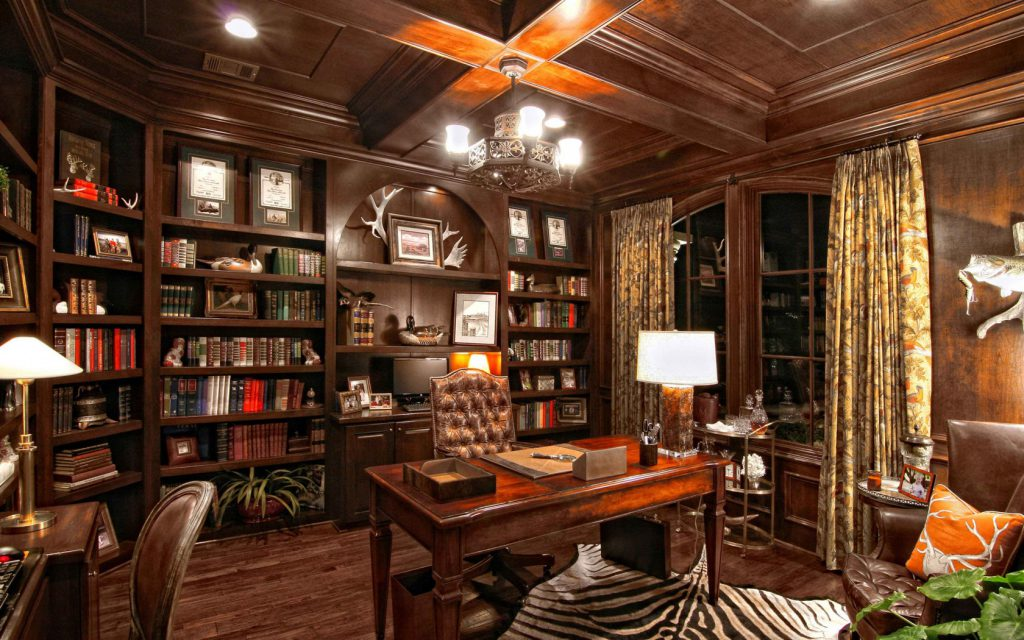 Стол, стеллажи с книгами, кресло