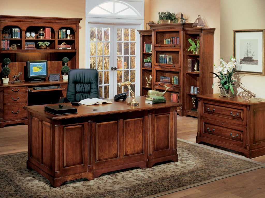 Деревянный стол и кресло