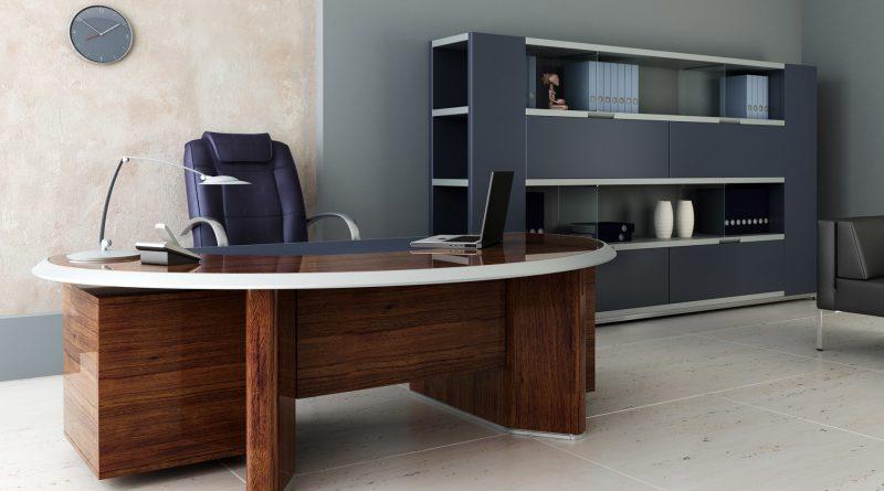 Овальный деревянный стол и кресло