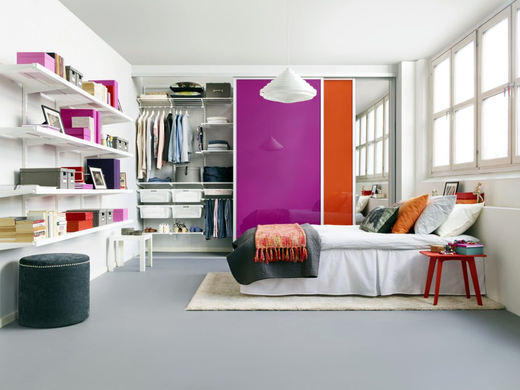 гардеробная с цветными стеклянными дверями
