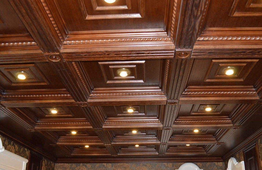 Точечные светильники в деревянном потолке