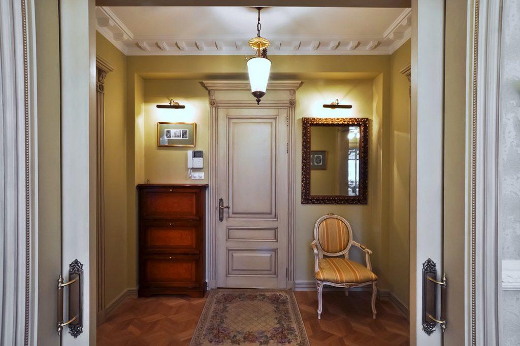Подсветка зеркала в коридоре
