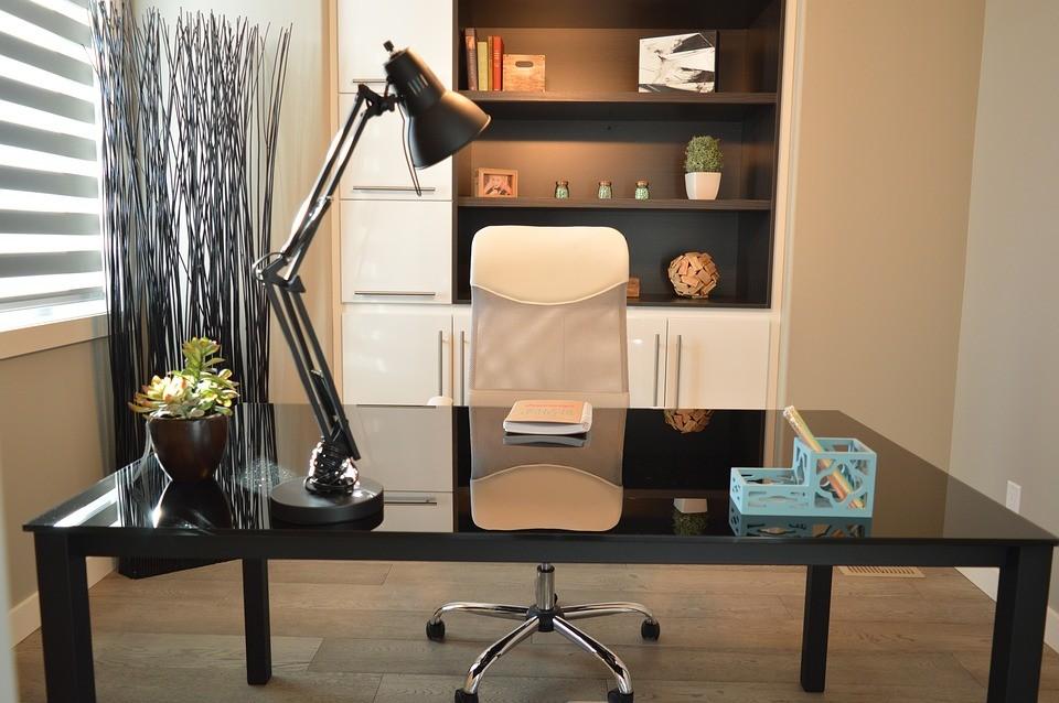 Глянцевый стол и кресло