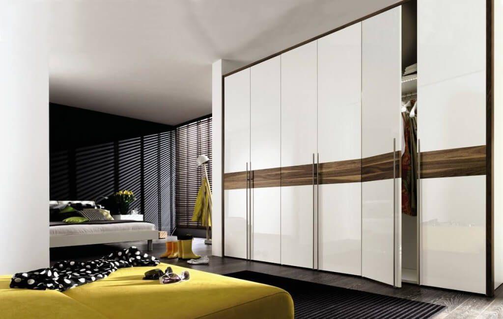 Большой шкаф-гардеробная в спальне