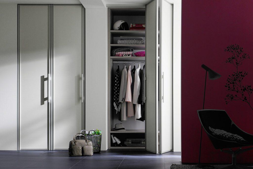 Маленькая гардеробная в кладовке с раздвижной дверью