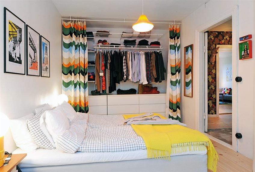 Гардеробная за шторой в спальне