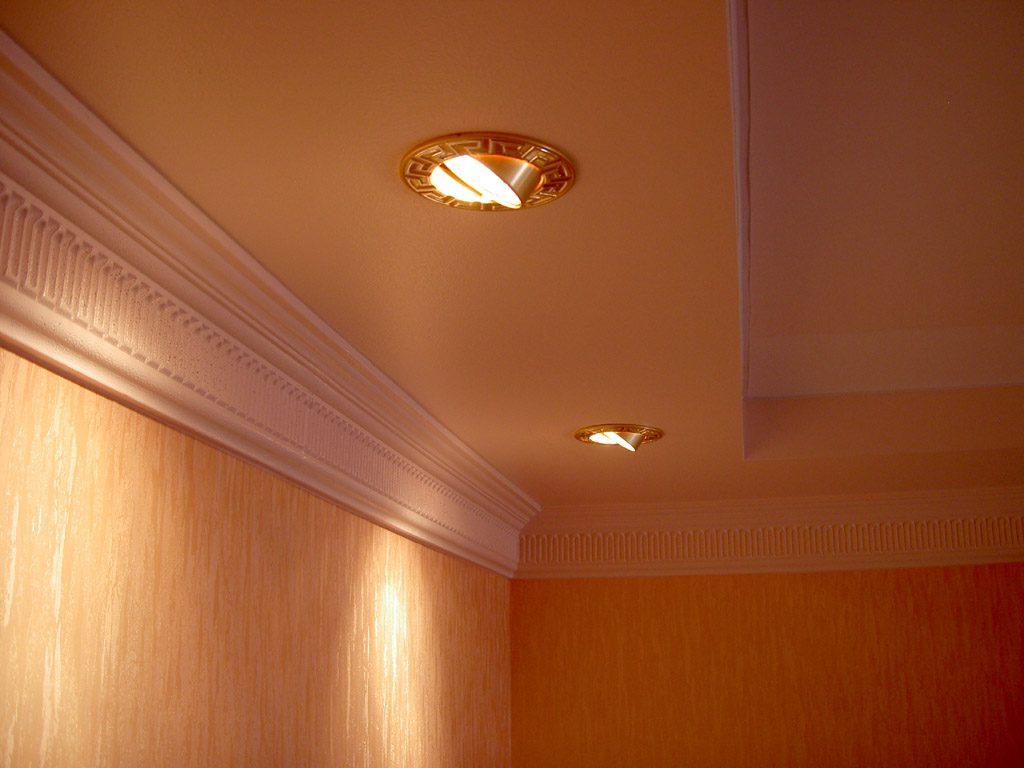 Поворотные точечные светильники в потолке