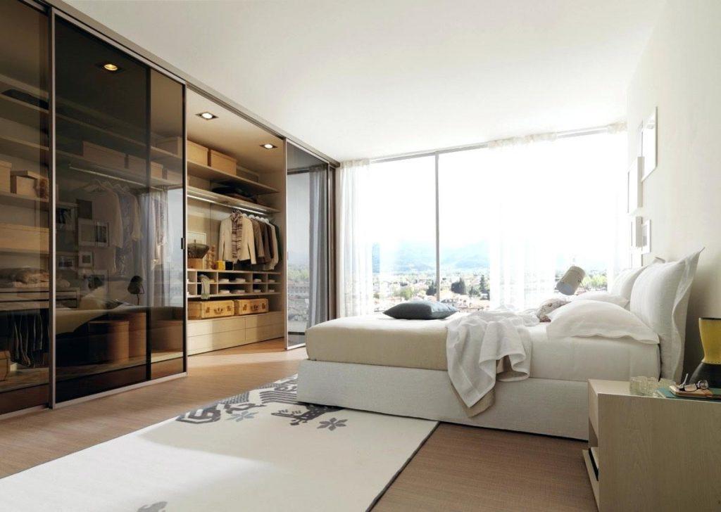 Гардеробная в спальне со стеклянными дверями