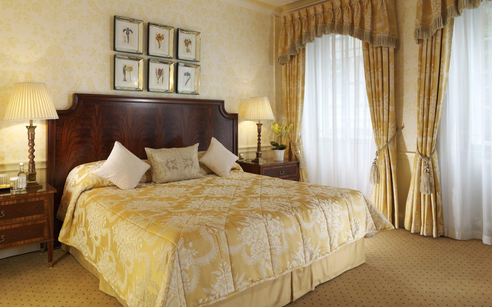 Штора для спальни с бежевыми обоями: советы по выбору и гармоничные цветовые сочетания