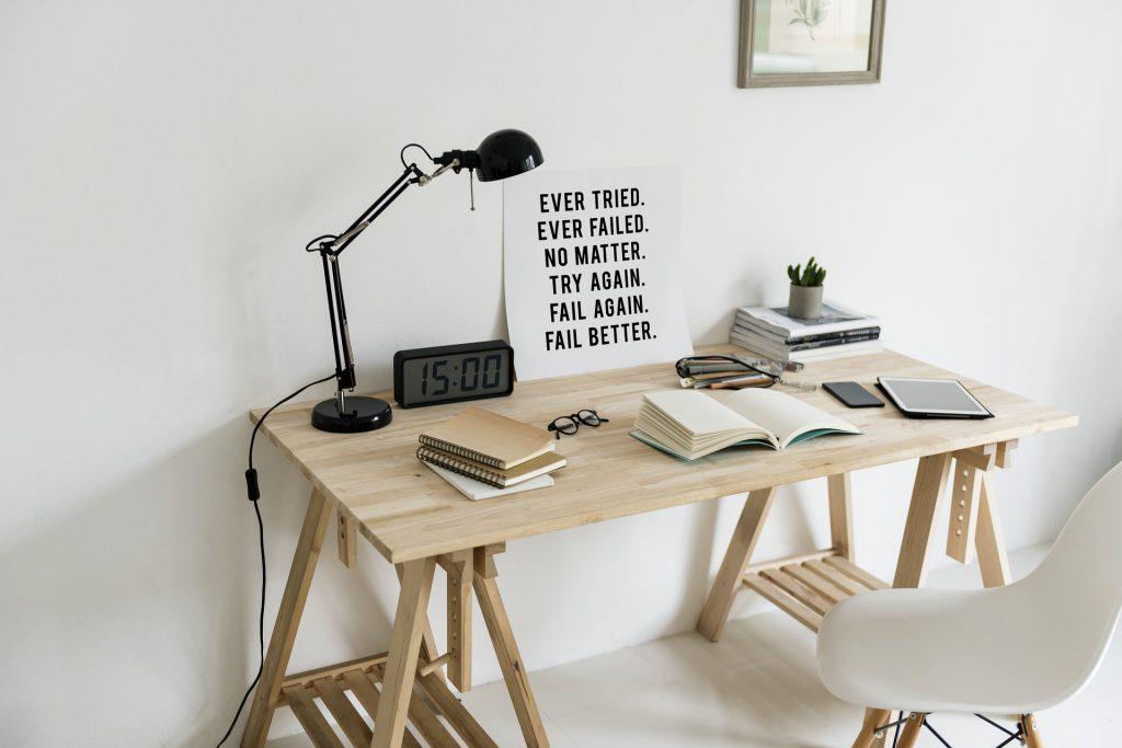 деревянный стол и лампа