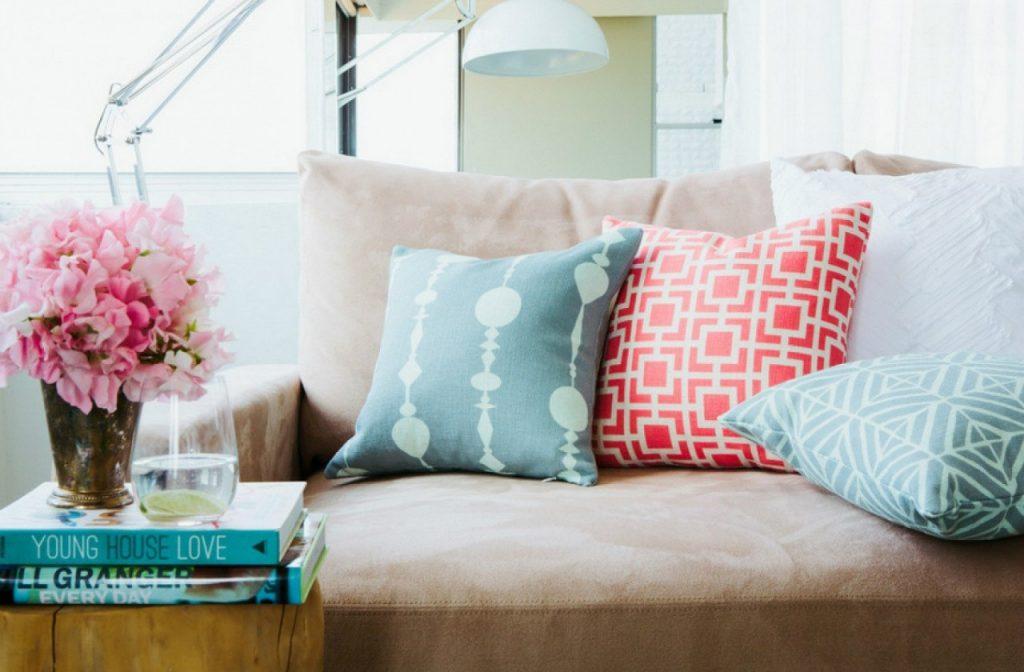 Декоративные подушки пастельных оттенков