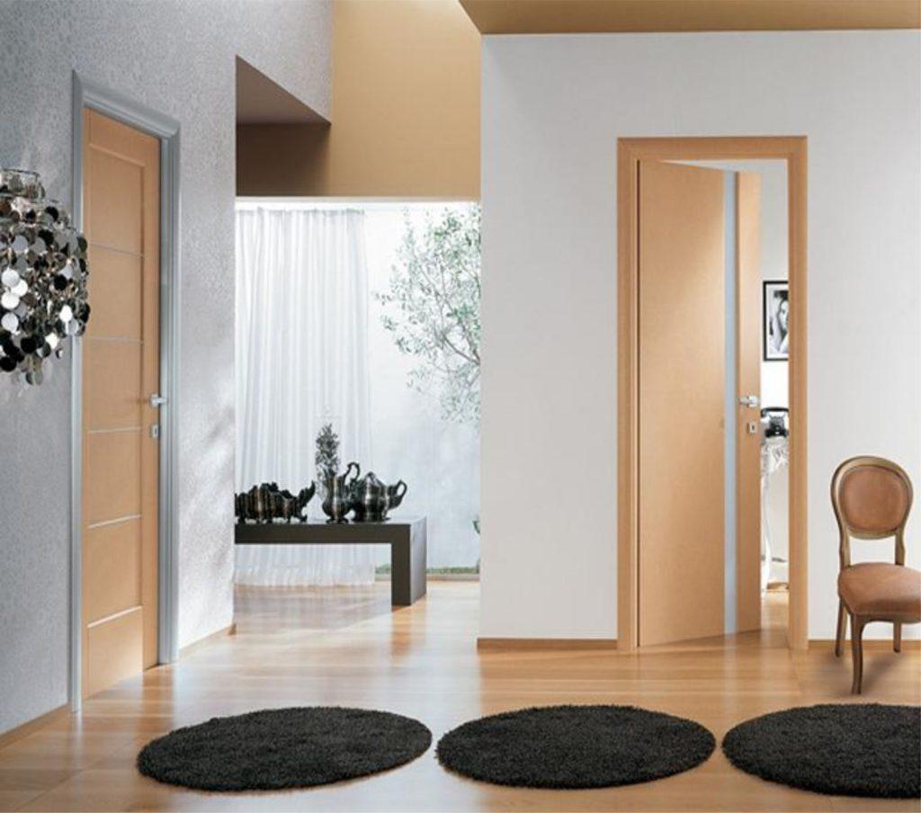 Светлые двери в сочетании со светлым ламинатом