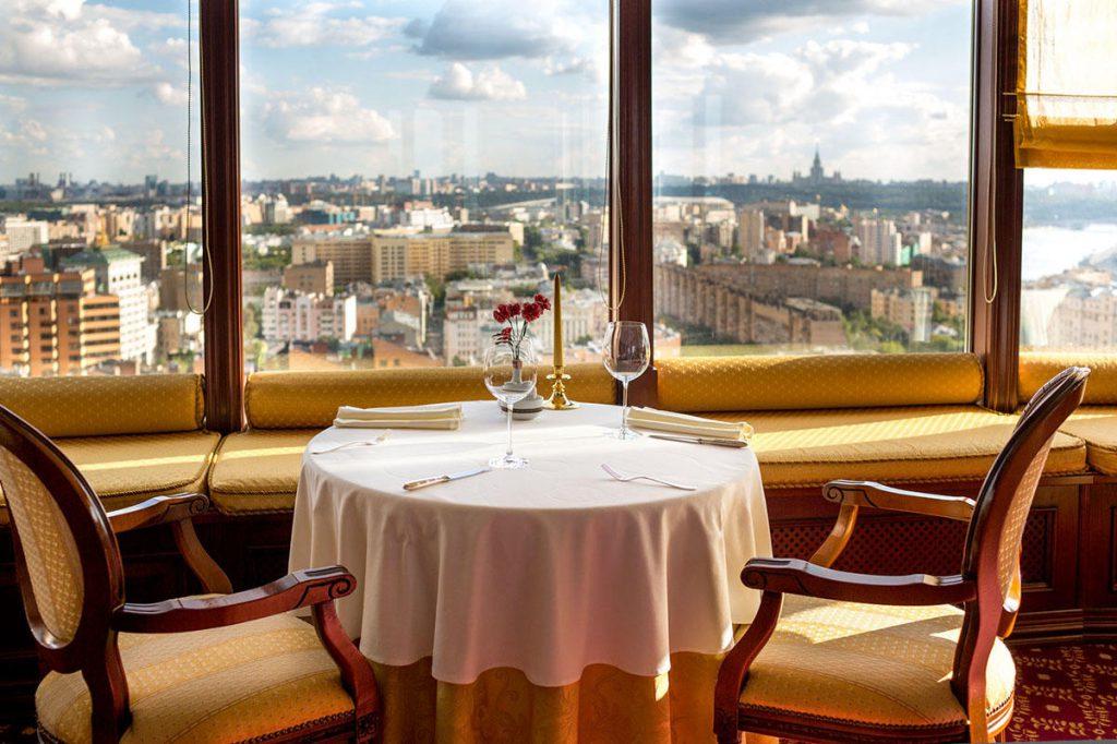 Сервировка стола на двоих в ресторане