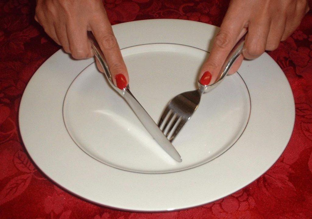Как пользоваться ножом за столом