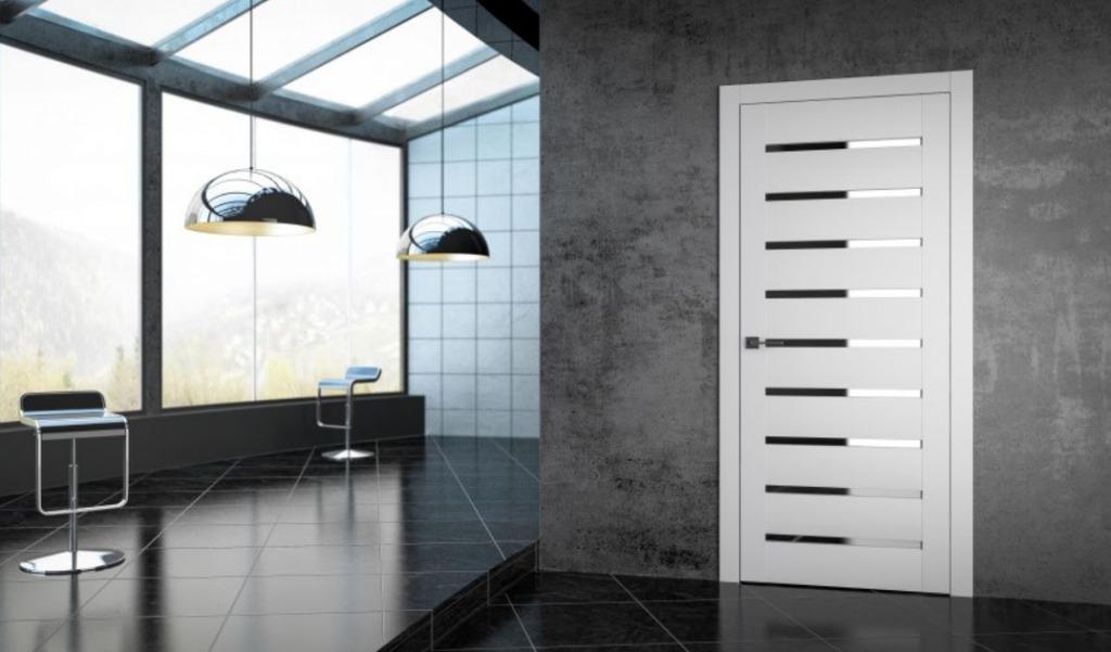 Белая дверь с декоративными вставками