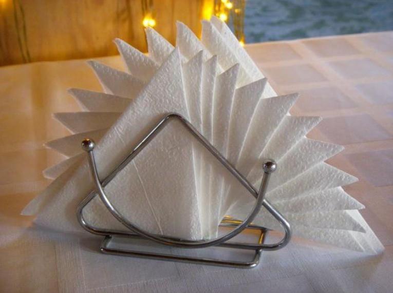 Салфетки в салфетнице двойной веер