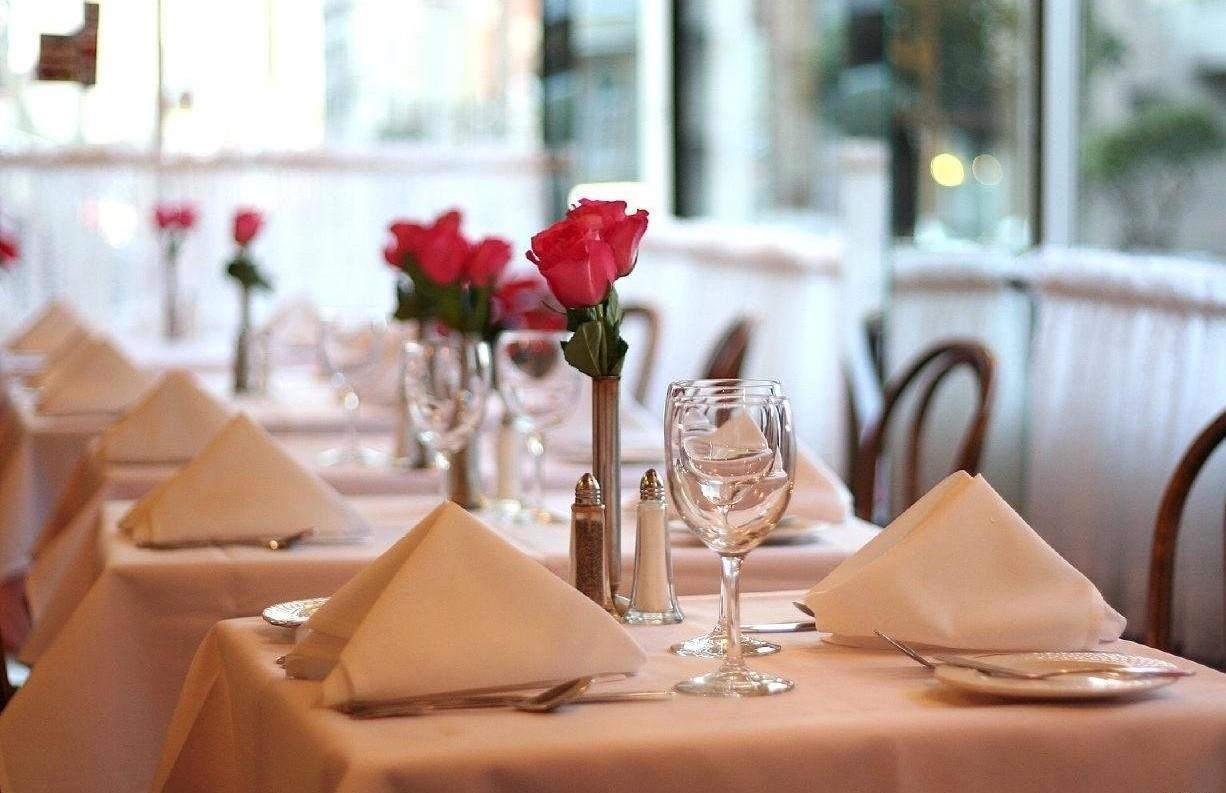 Основные принципы сервировки стола в ресторане: подготовка, требования и оформление