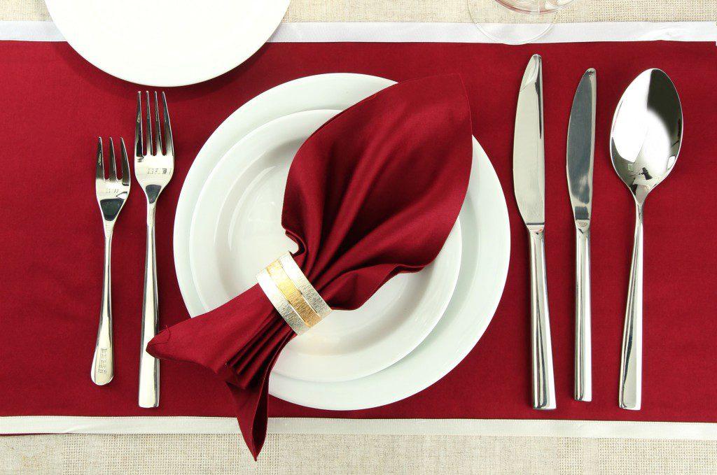Сервировка стола в красном цвете