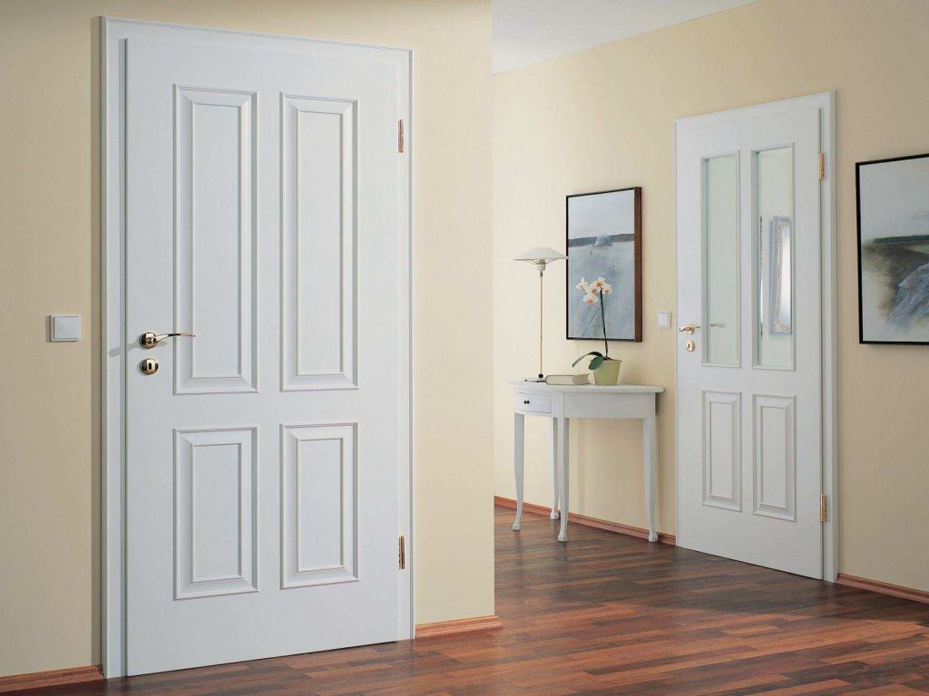 Белые двери и стены цвета слоновой кости