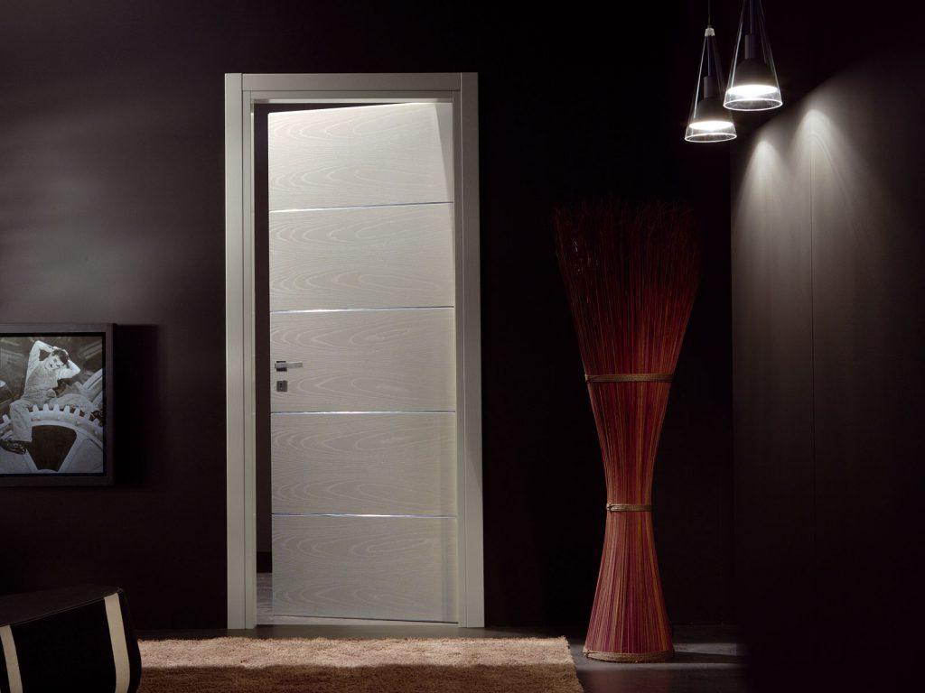 Белые двери в темном интерьере