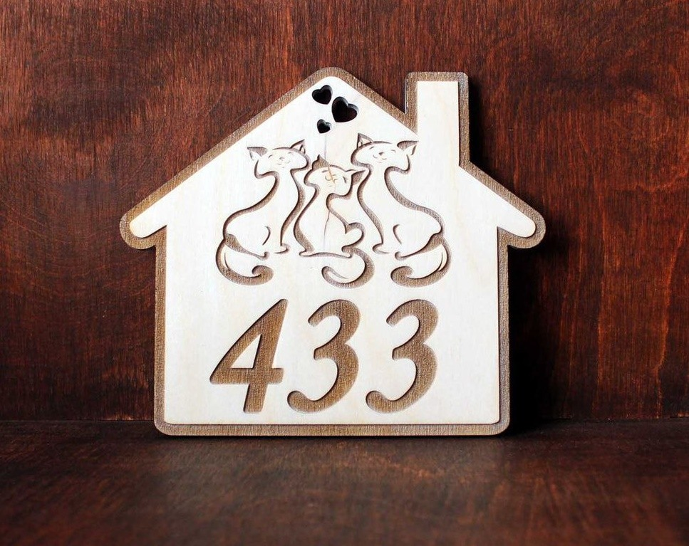Табличка с номером квартиры из дерева