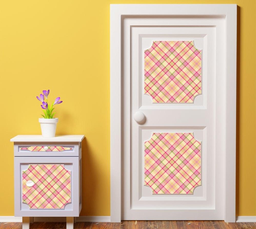 Декор двери простыми обоями