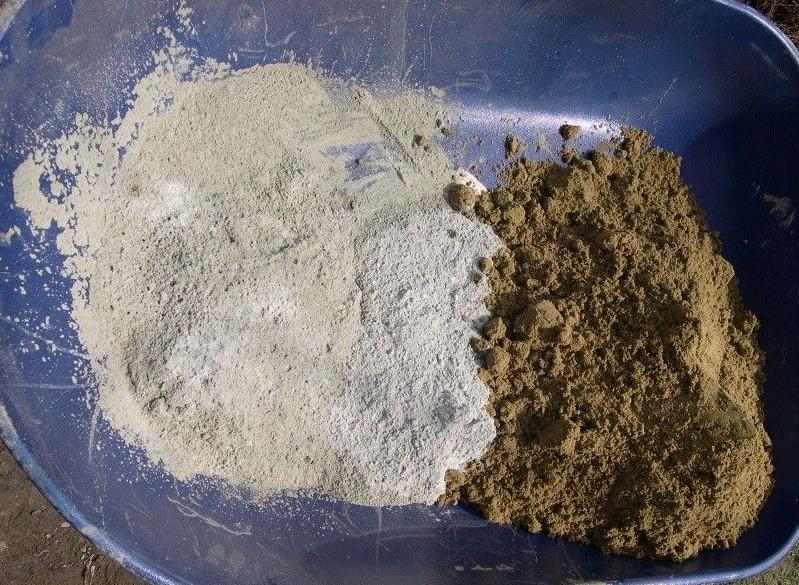 Речной песок и цемент для штукатурки