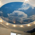Обои с облаками для визуального расширения комнаты: советы по выбору и оклейке на потолок