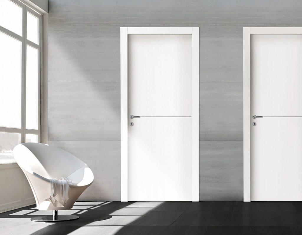 Гладкие белые двери в интерьере