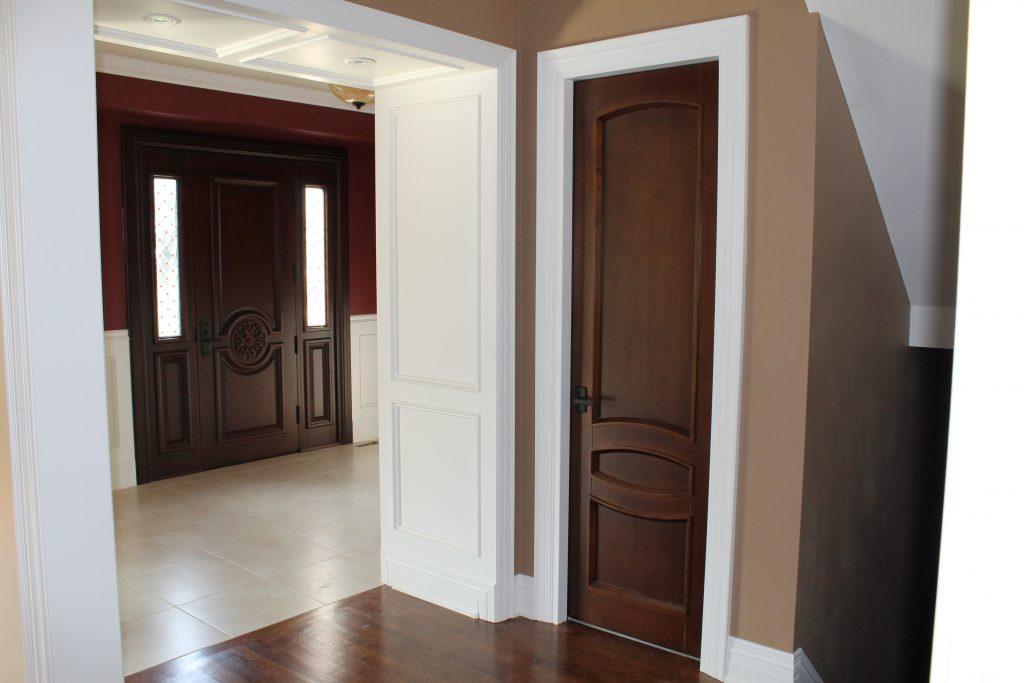 Темные двери, темный пол и белый плинтус