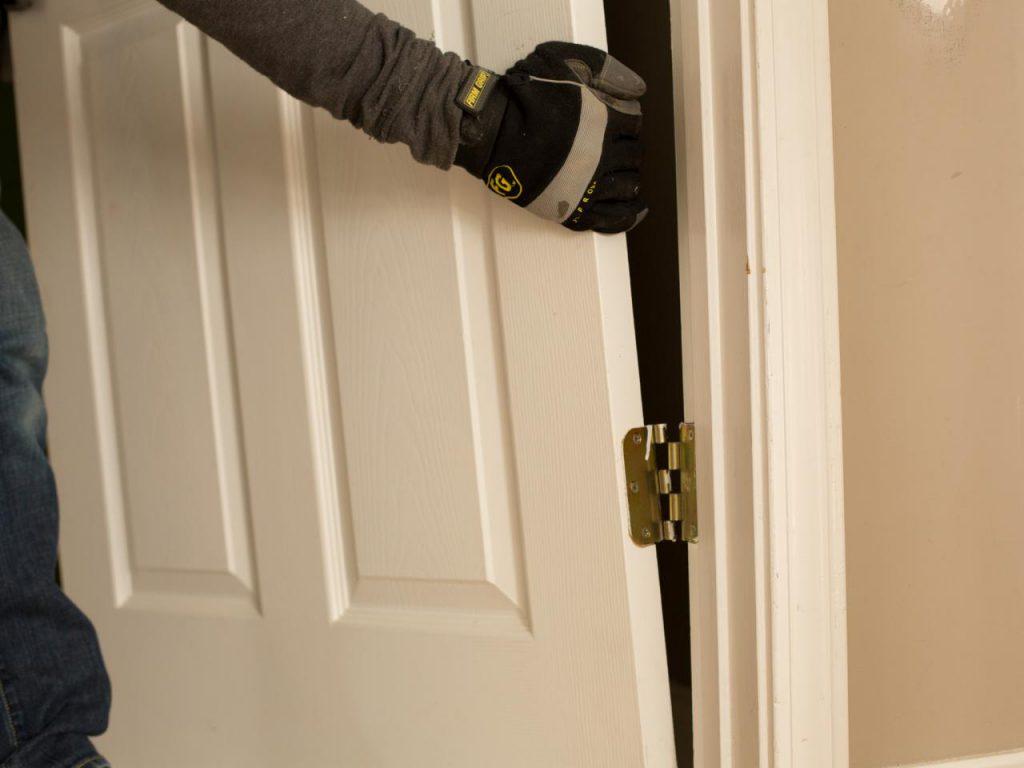 Демонтаж деревянной двери