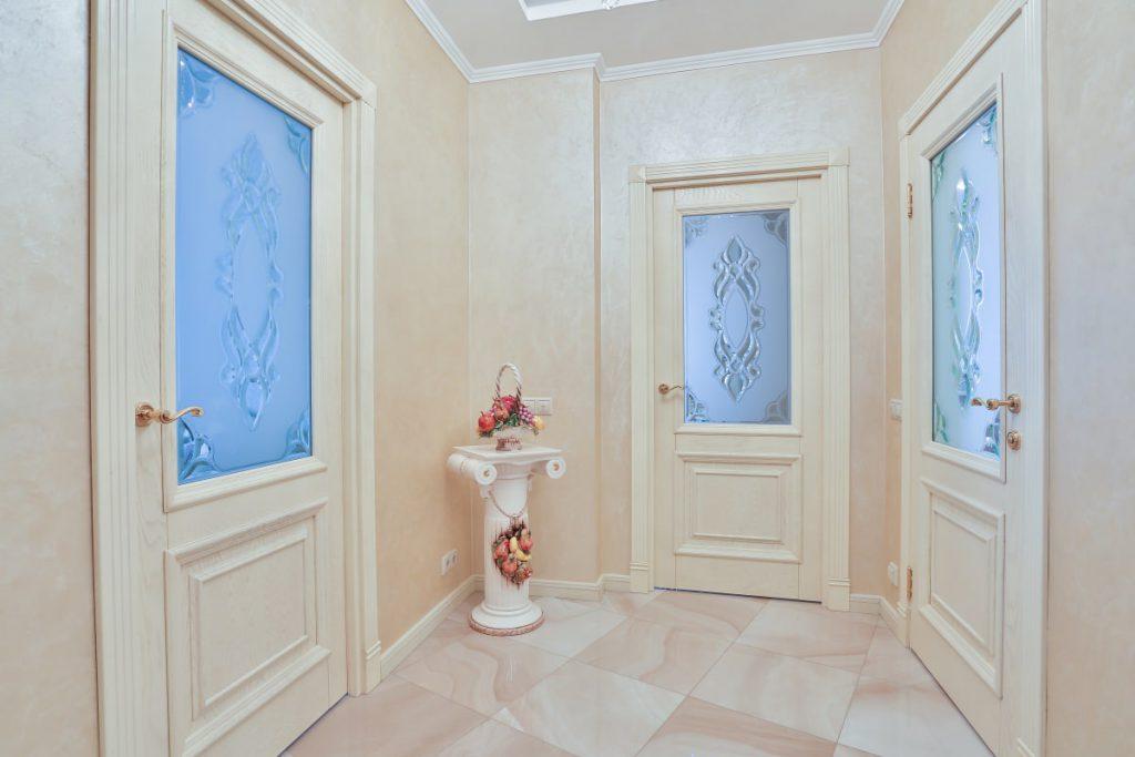 Межкомнатные двери молочного оттенка в светлом интерьере