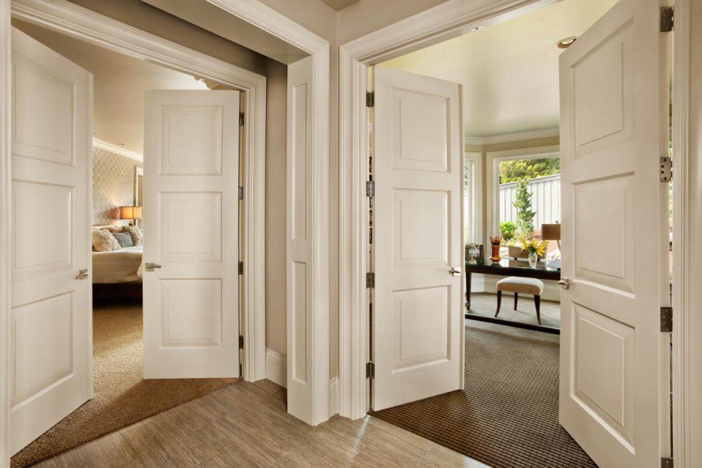 Распашные двустворчатые белые двери