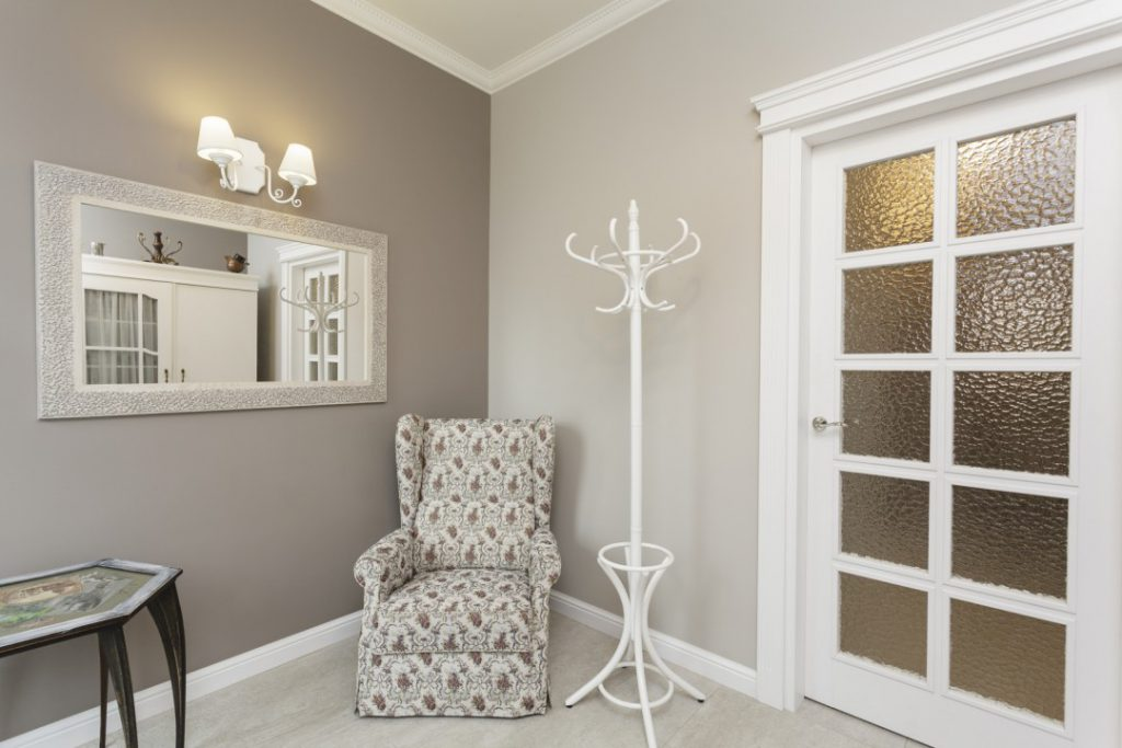 Белая дверь со стеклом в интерьере