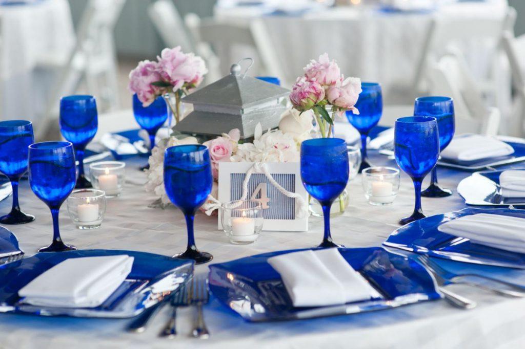 Сервировка стола в синем и белом цветах