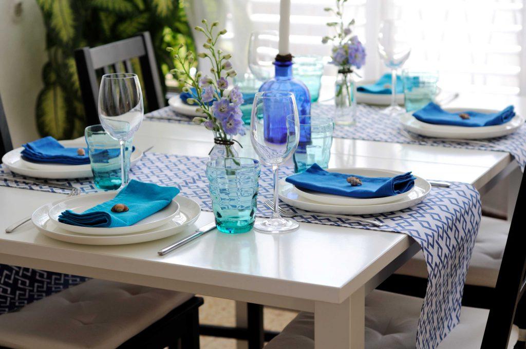 Сервировка стола в синих и голубых тонах
