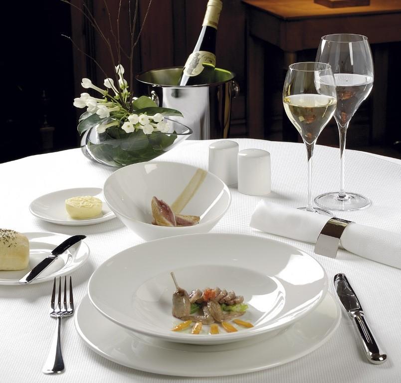 Сервировка стола белой посудой