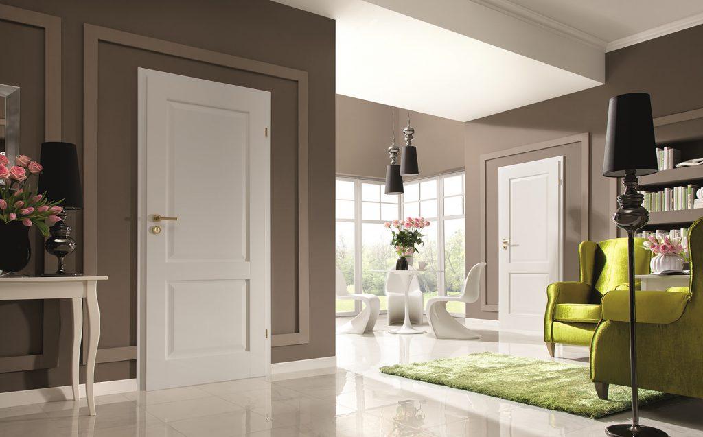 Белые двери и светлый пол