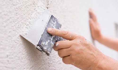 Как правильно зашпаклевать стену своими руками