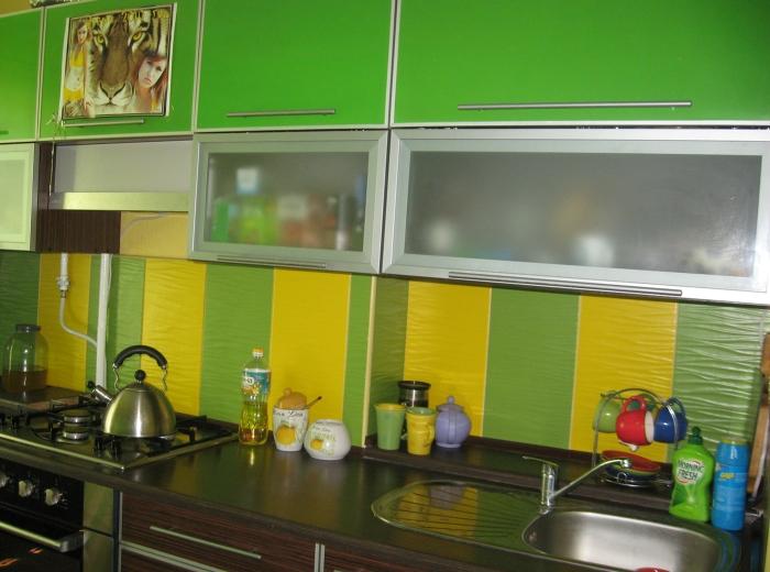 Использование на кухне самоклеющихся обоев